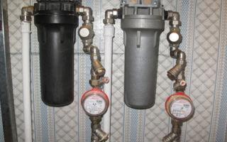 Какой фильтр грубой очистки воды поставить перед счетчиком — схемы работ и монтаж
