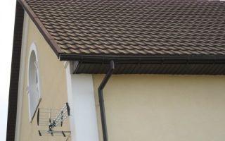 Преимущества и недостатки пластиковых и металлических водоотливов для крыш, их цены, лучшие производители и обзор марок