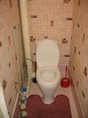 Короб из гипсокартона в туалете для маскировки труб